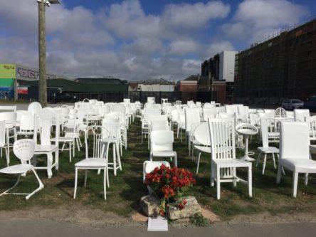 158体の白い椅子 (185 White Chairs)